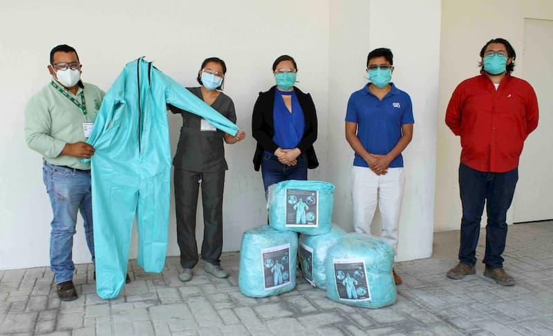UAQ dona overoles médicos a personal del Hospital General y del IMSS