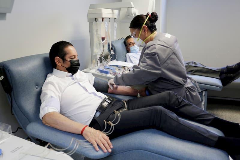 El gobernador Domínguez Servién, primer donador de plasma en Querétaro