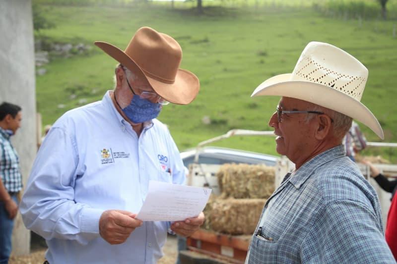 Entrega SEDEA a productores serranos pacas de alimento para ganado