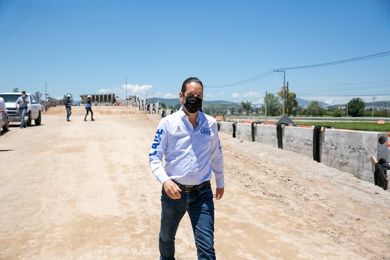 Supervisa Pancho Dominguez obras de la carretera estatal 210 y puente vehicular en Queretaro