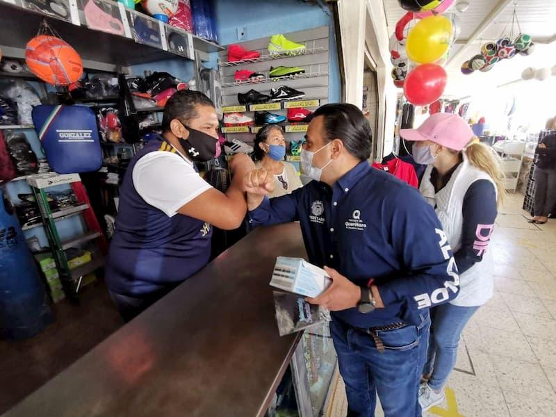 Recorren Luis Nava y Arahí Domínguez el  Mercado de Santa Rosa Jáuregui