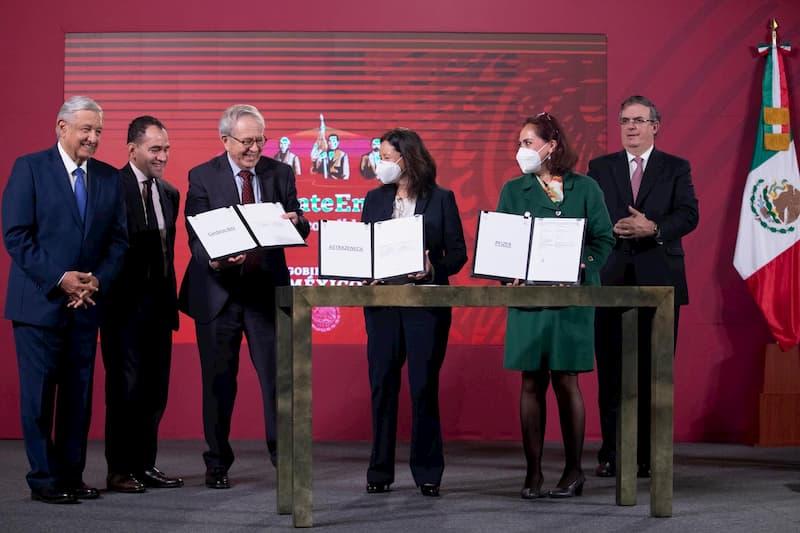 Presidente firma acuerdo para anticipar compra de vacunas contra COVID-19