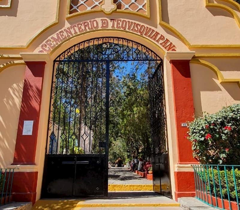 Suspenden eventos por Día de Muertos, panteones permanecen cerrados en Tequisquiapan