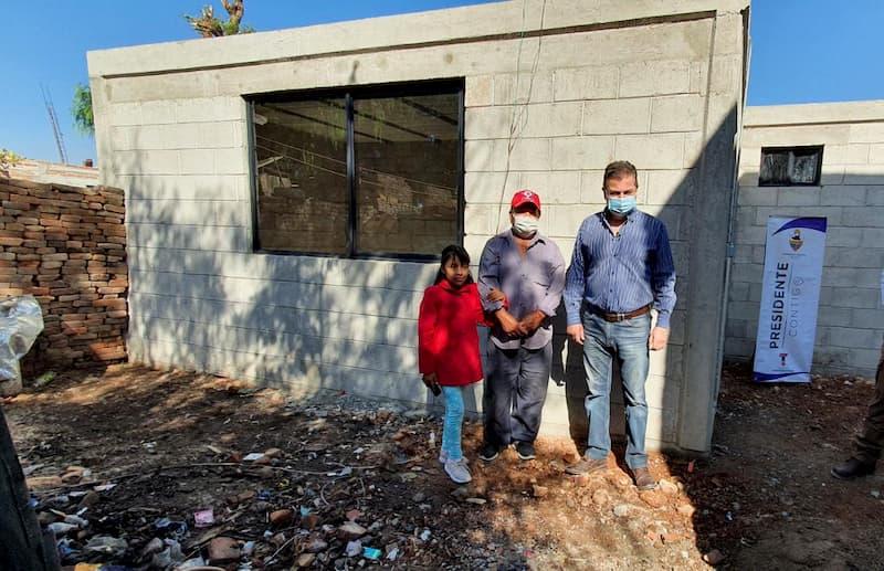 Toño Mejía apoya con pie de casa a familia que perdió todo en incendio