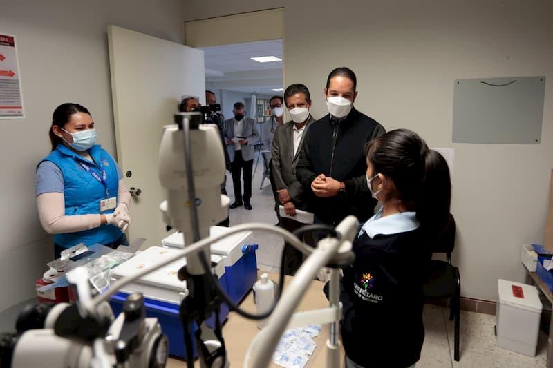 Gobernador asiste a la jornada de vacunación contra COVID-19 a personal de salud