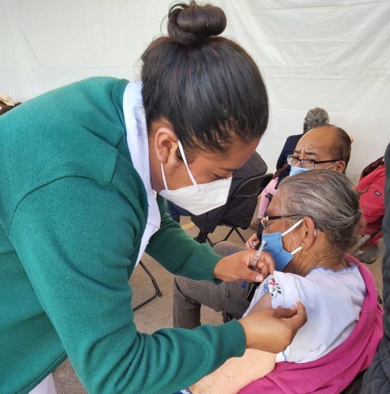 Aplican vacuna contra COVID-19 a adultos mayores de Pedro Escobedo
