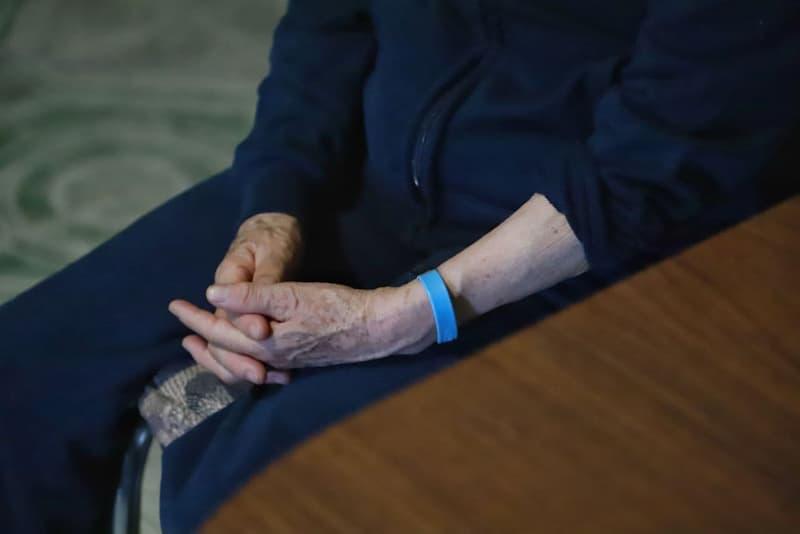 Siguen con la entrega de brazaletes de ubicación para adultos mayores en Querétaro